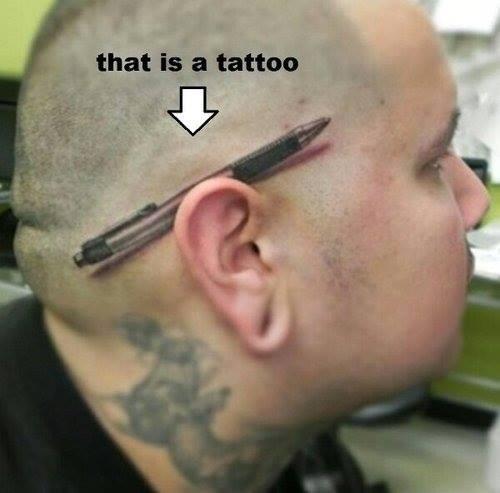 tatoo insolite d'un stylo sur le crâne d'un homme